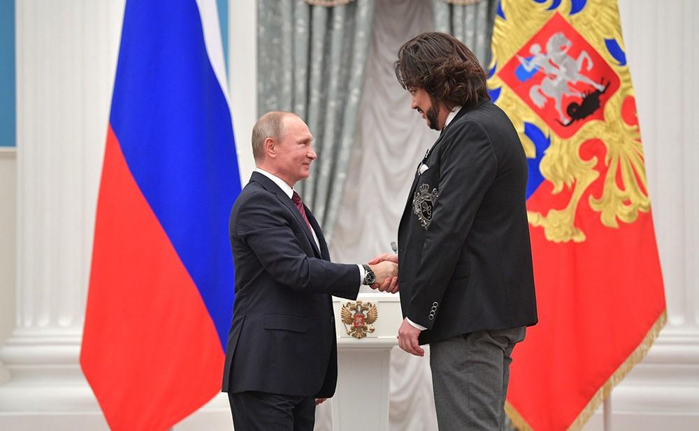 Владимир Путин награждает певца Филиппа Киркорова