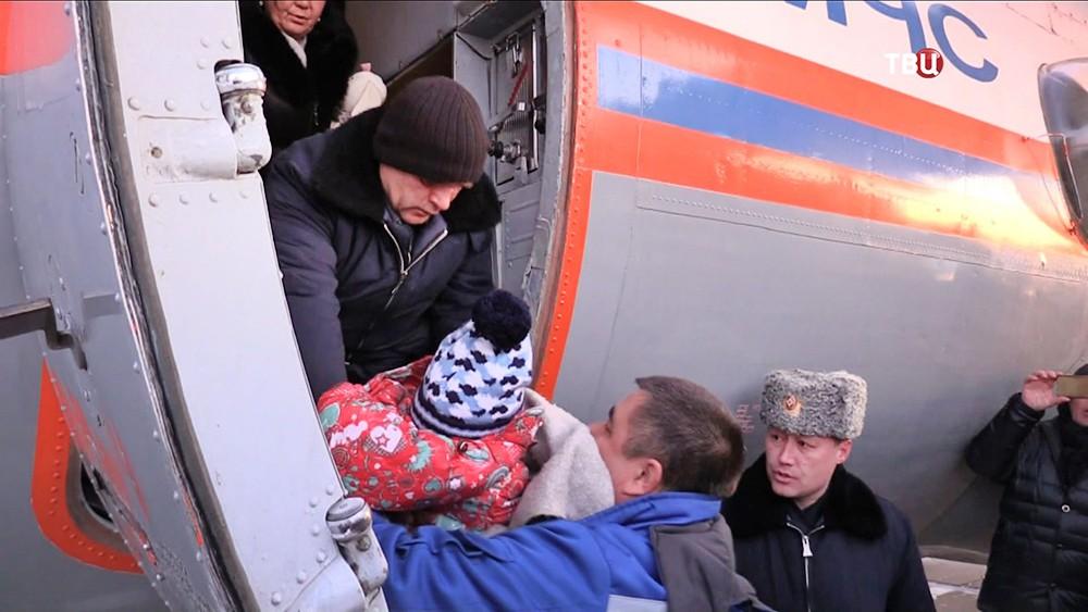Сотрудники МЧС доставили выжившую в авиакатастрофе самолёта L-410 девочку