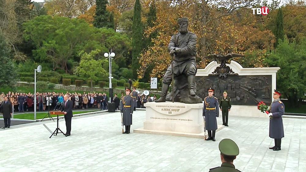 Владимир Путин на открытии памятника Александру III в Ялте