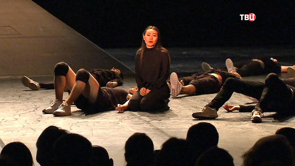 Актриса Ян Гэ в театральной постановке