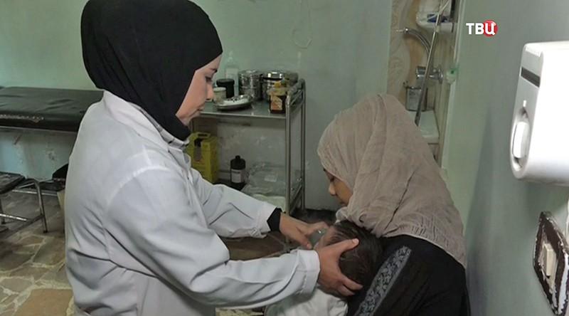 Сирийские врачи осматривают ребенка