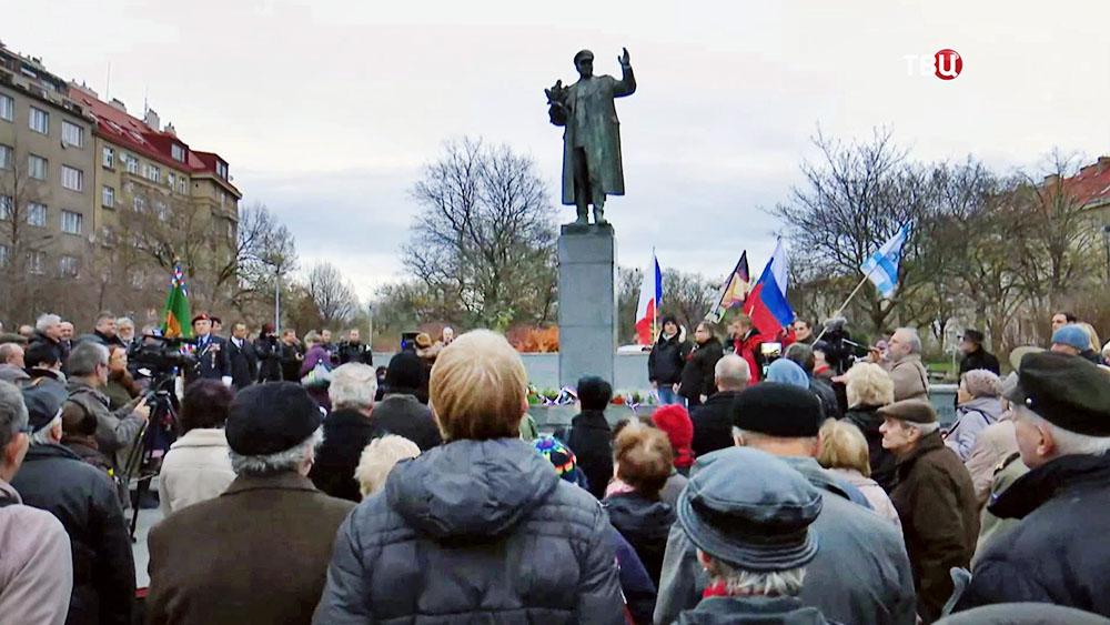 Митинг в защиту памятника маршалу Коневу в Праге