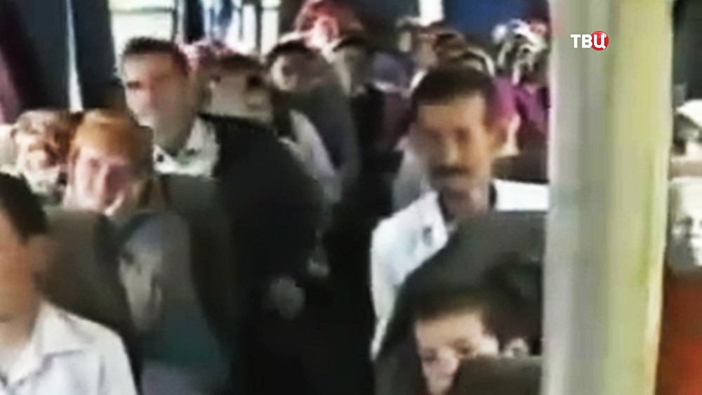 Генерал Ратко Младич отпускает боснийское население из в Сребницы