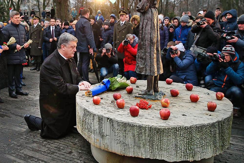 Пётр Порошенко у памятника жертвам голодомора на Украине