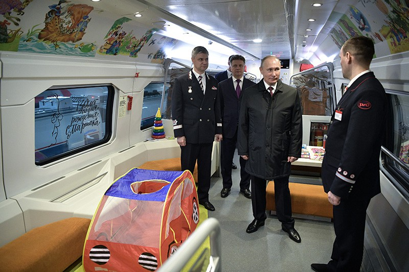 Президент России Владимир Путин во время осмотра образца вагона поезда