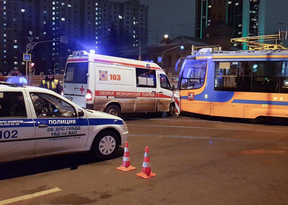 Последствия ДТП с участием трамвая и «скорой помощи» в Сокольниках