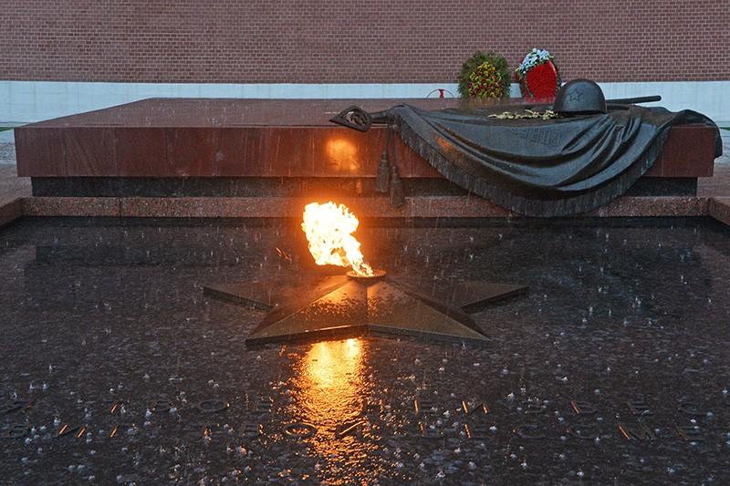 """Мемориал """"Могила Неизвестного Солдата"""" в Александровском саду в Москве"""