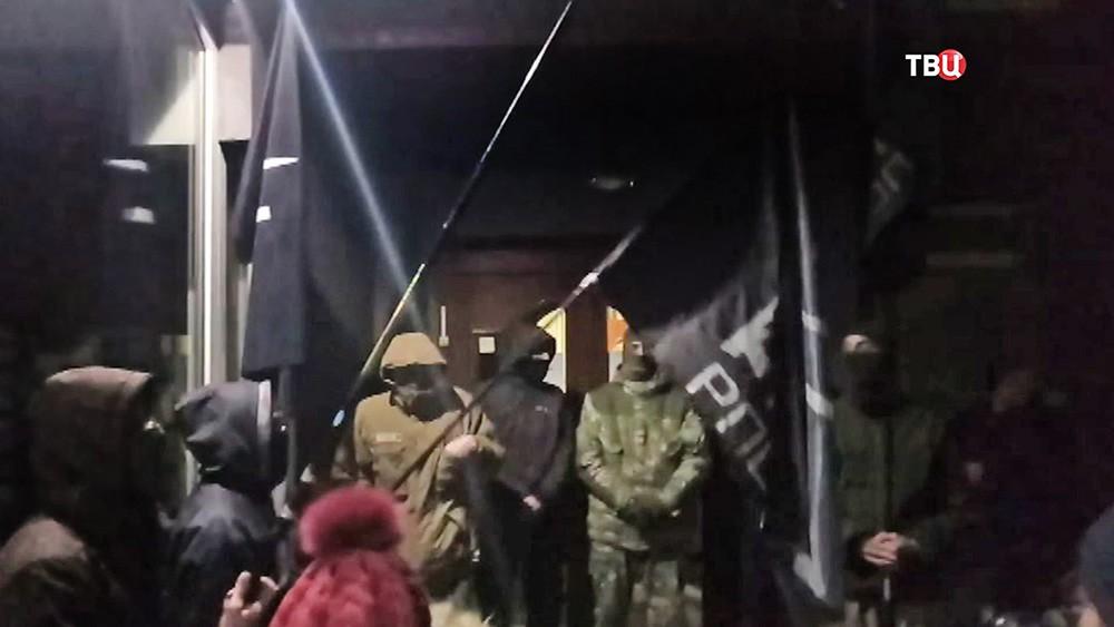 Порошенко отреагировал на блокировку здания канала NewsOne в Киеве