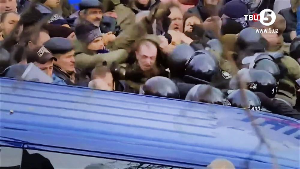 Протестующие напали бойцов СБУ перевозящих Михаила Саакашвили