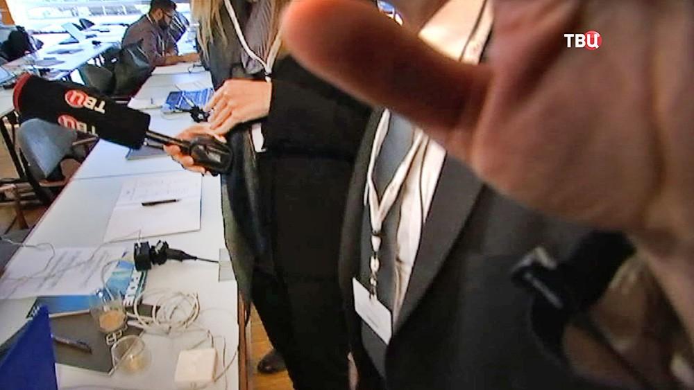 Охрана по просьбе журналиста немецкого телеканала ARD Хайо Зеппельта рапрещает съемку телеканалу ТВ Центр