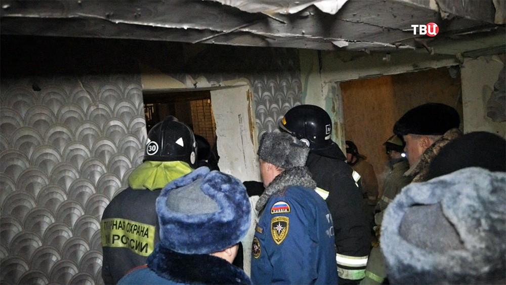 Спасатели на месте взрыва газа в многоквартирном доме