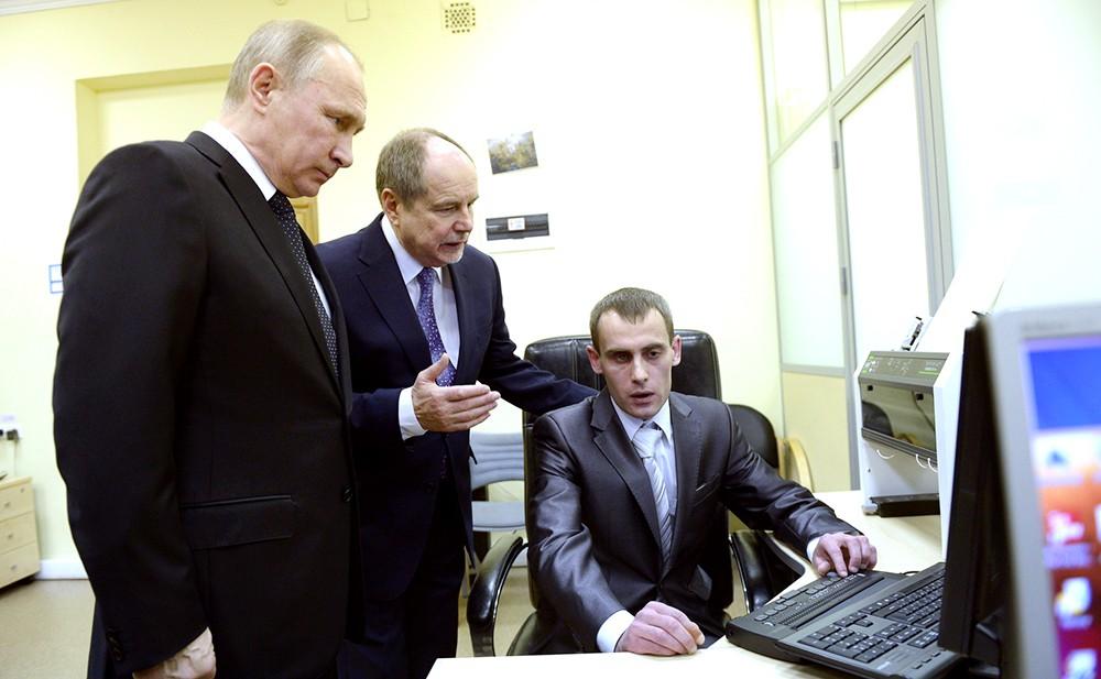 Владимир Путин посетил академию искусств для людей с ограниченными возможностямидимир
