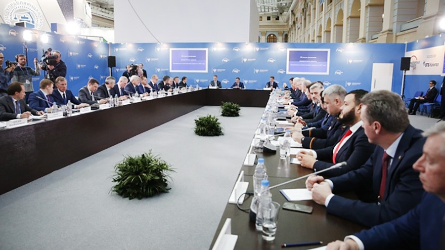 """Дмитрий Медведев проводит совещание об итогах реализации приоритетного проекта """"Безопасные и качественные дороги"""""""