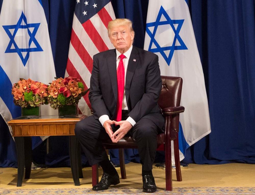 Президент США Дональд Трамп на фоне флагов Израиля