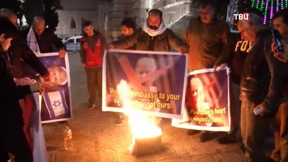 Митингующие палестинцы жгут портреты Дональда Трампа