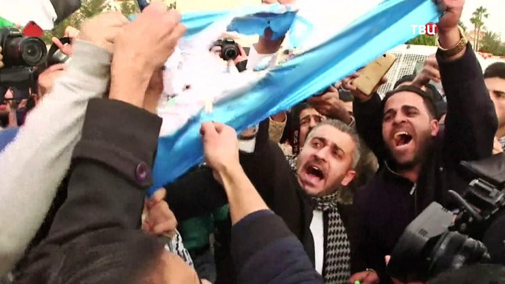 Митингующие жгут флаг Израиля