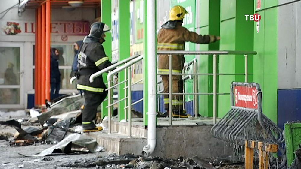 Пожарные на месте возгорания в ТЦ