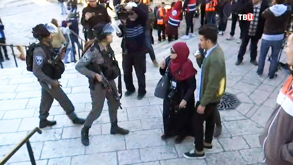 Израильские полицейские разгоняют митинг палестинцев