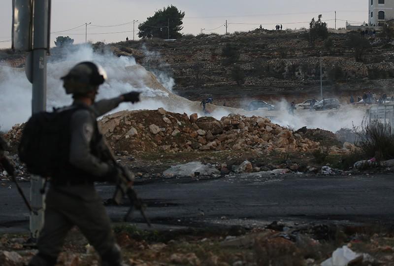 Сотрудник пограничной службы Израиля во вреия столкновений на границе Палестины и Израиля