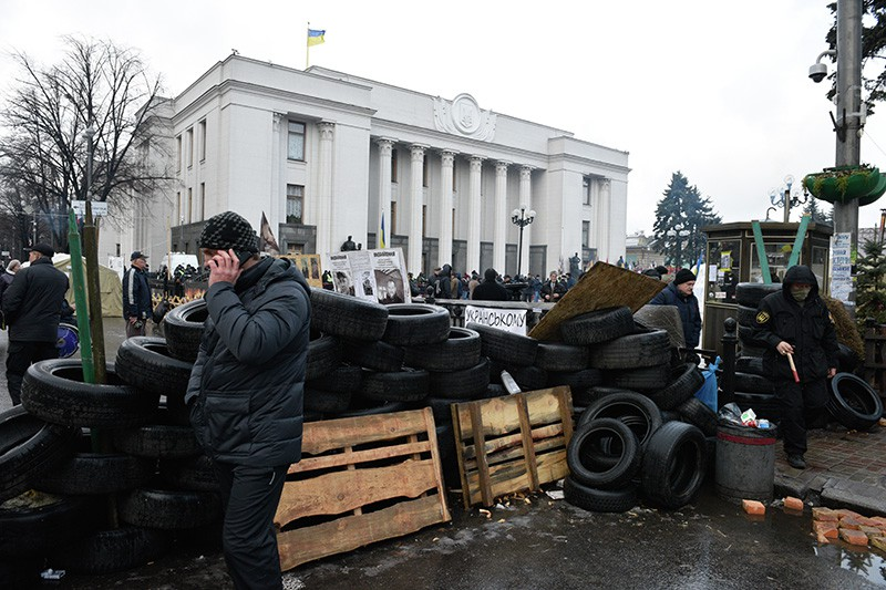 Сторонники экс-президента Грузии, Михаила Саакашвили строят баррикады в палаточном городке у здания Верховной Рады Украины в Киеве