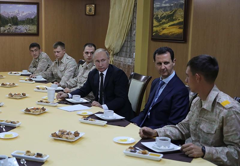 Владимир Путин и Башар Асад во время общения с военнослужащими авиабазы Хмеймим в Сирии