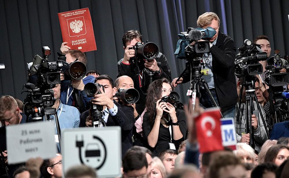 Журналисты на большой пресс-конференции