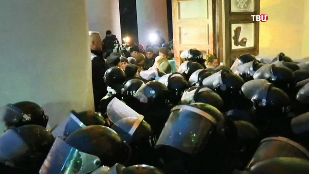 Полиция Украины держит оцепление