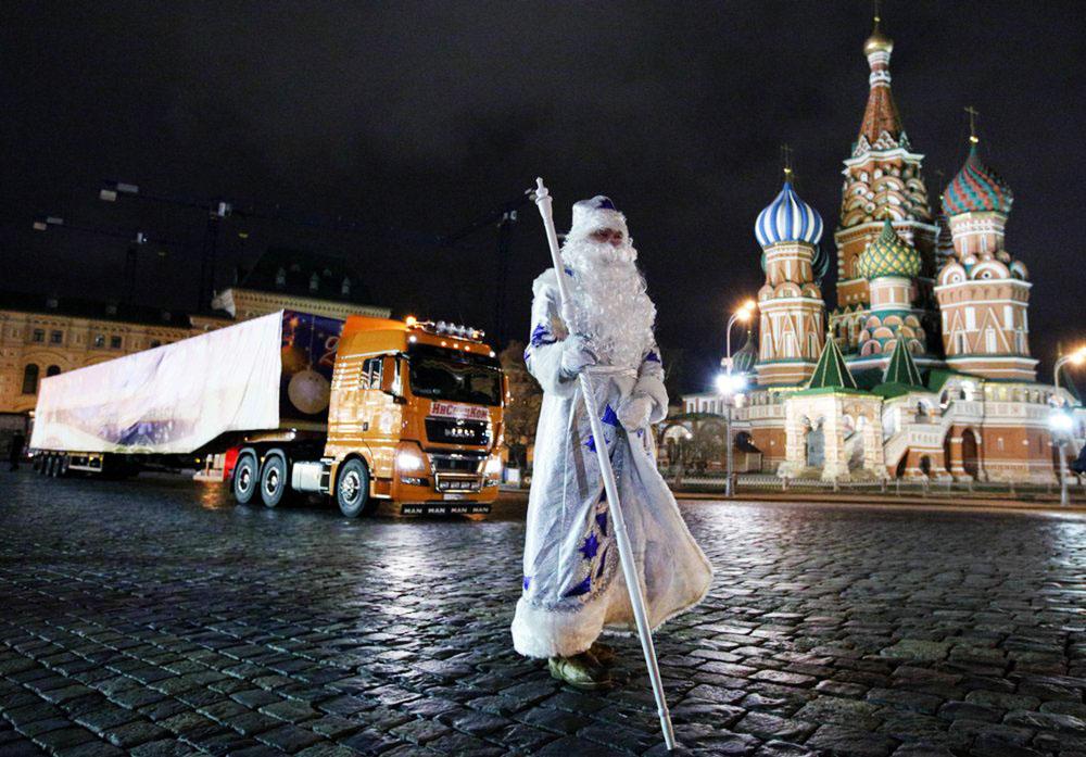 Доставка главной новогодней елки страны на Соборную площадь Кремля