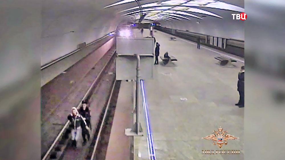 Полицейский спас мужчину, упавшего на пути в метро