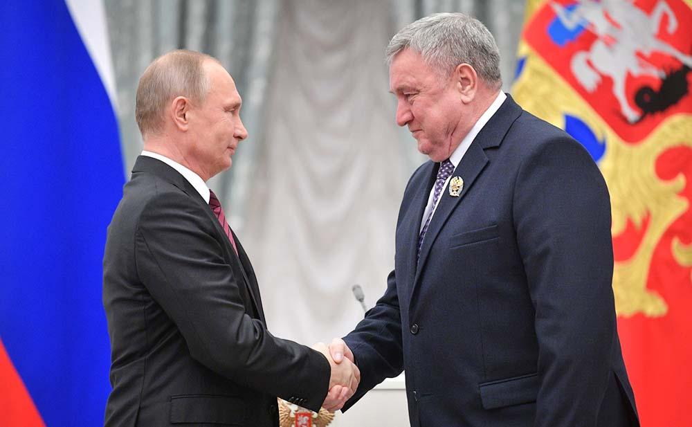 Владимир Путин награждает за выдающиеся достижения в области благотворительной деятельности Владимира Вавилова