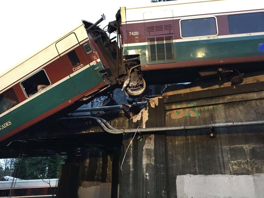 Последствия крушения поезда в США