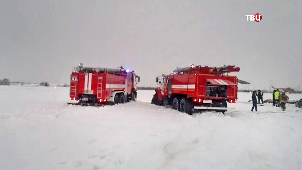 Спасатели на месте падения легкомоторного самолета