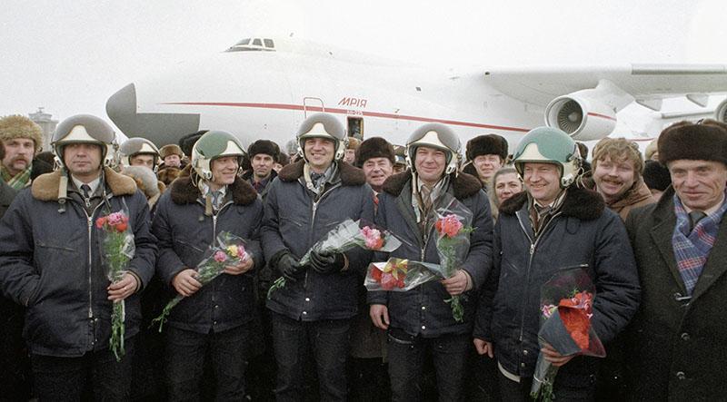 Авиаторы принимают поздравления и цветы после успешного завершения первого испытательного полета транспортного самолета Ан-225