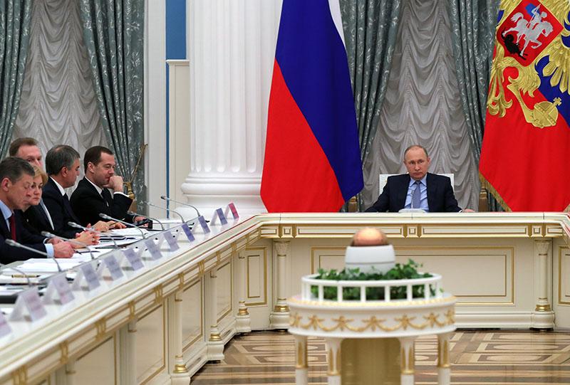 Владимир Путин проводит заседание по вопросу жилищной сферы