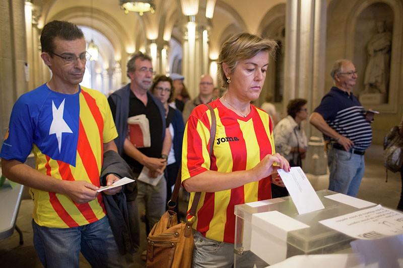Сторонники независимости Каталонии голосуют на избирательном пункте