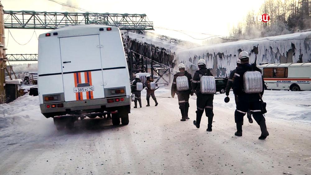 Спасатели МЧС Кузбасса возле шахты