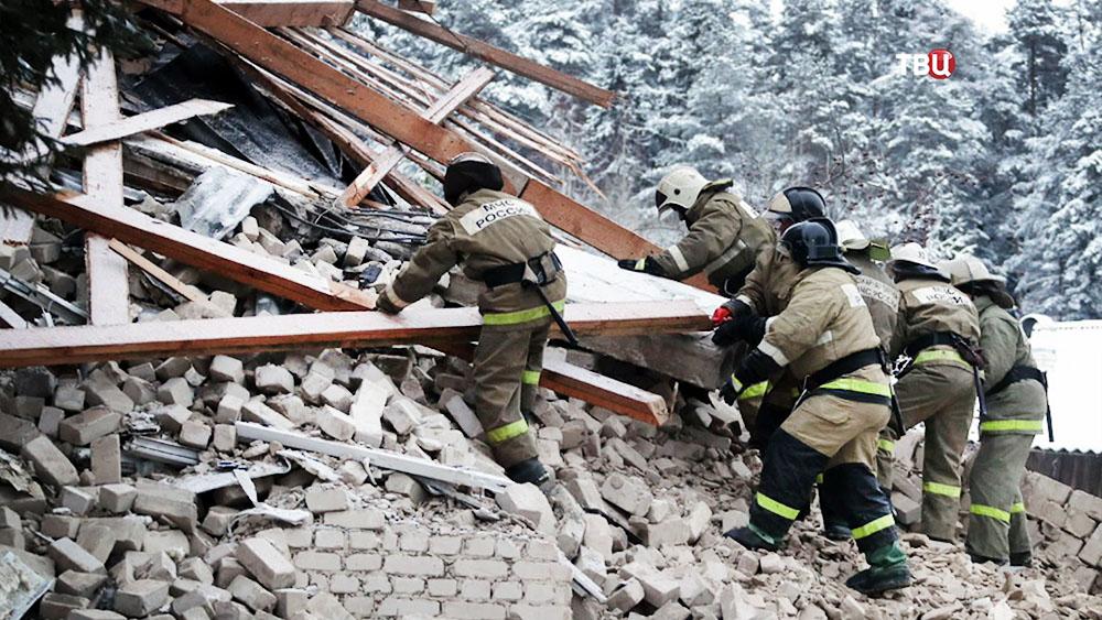 Спасатели МЧС на месте обрушения