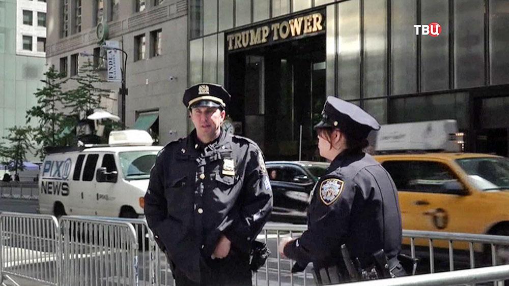 Полиция США на фоне Башни Трампа (Trump tower)