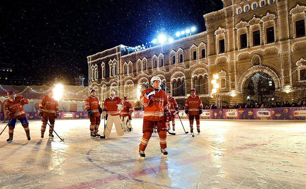 Владимир Путин сыграл в матче Ночной хоккейной лиги на Красной площади