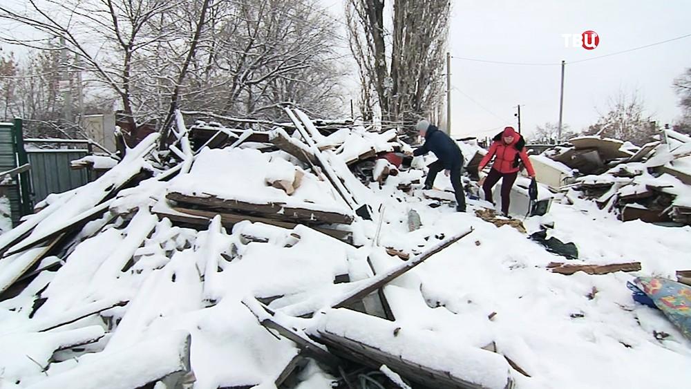 Жители на месте снесенного дома