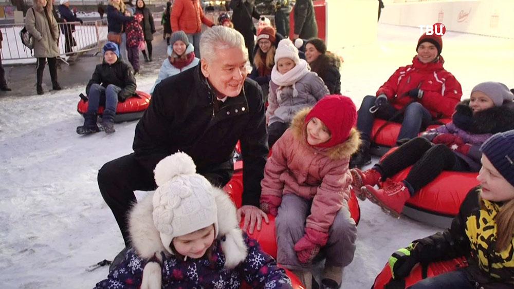 Сергей Собянин общается с детьми на ВДНХ