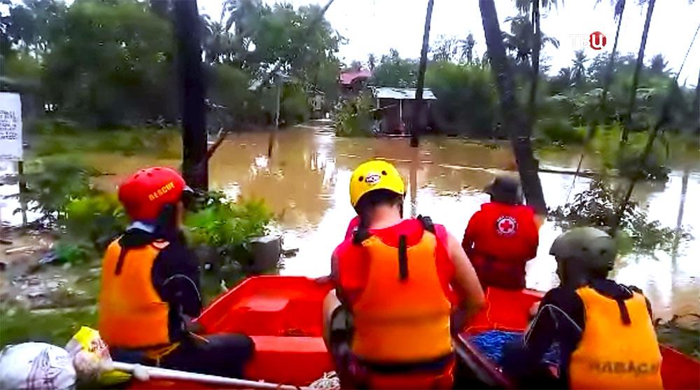 Спасатели Филиппин работают во время наводнения