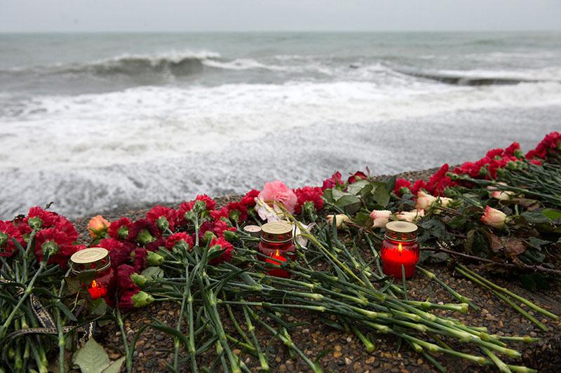 Цветы на набережной в Адлере в память о погибших при крушении самолета Ту-154