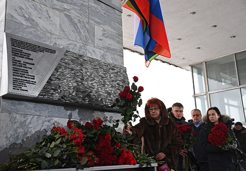 Женщина возлагает цветы к мемориалу в память о журналистах, погибших при крушении самолета Ту-154