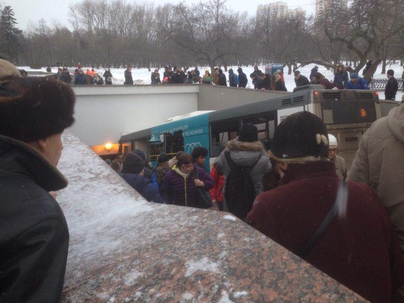 Автобус въехал в пешеходный переход в Москве