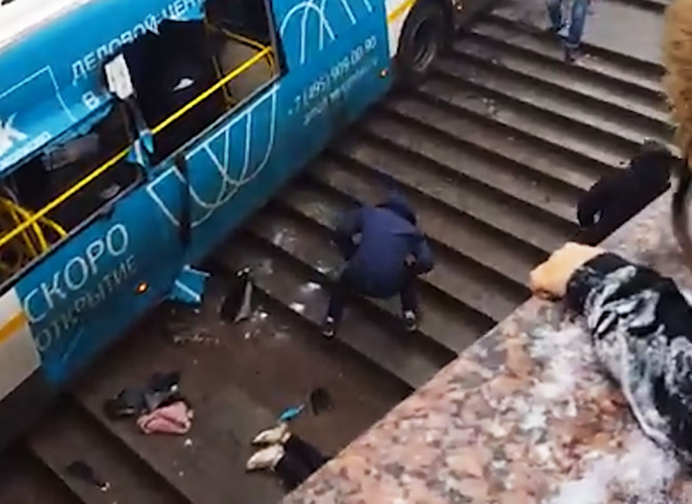 Автобус въехал в подземный переход
