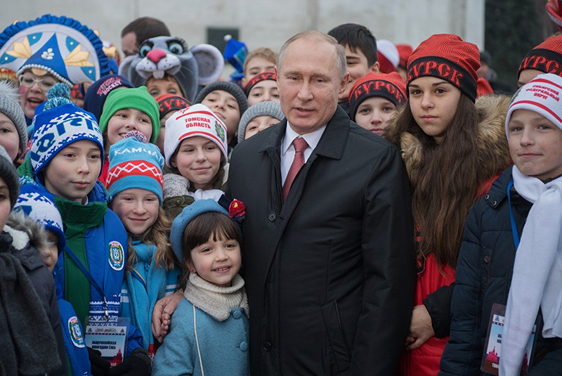 Путин поручил продумать создание киностудии детских фильмов