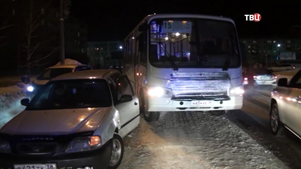 Автомобиль такси блокирует автобус