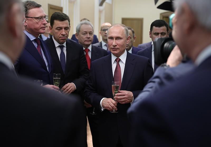 Владимир Путин во время встречи с избранными главами регионов и губернаторами