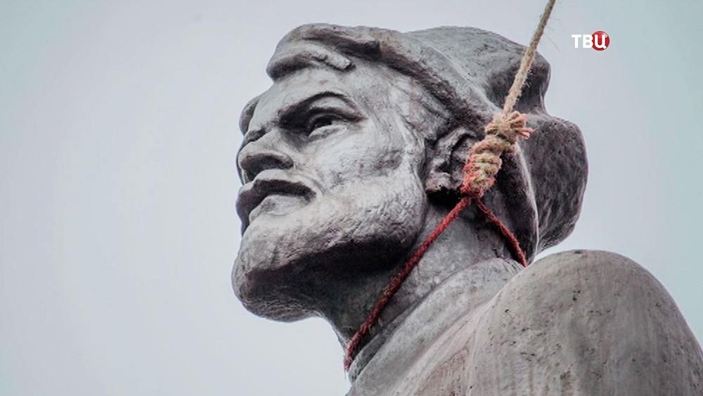Акт вандализма над памятниками на Украине